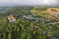 Vogelperspektive des gotischen Schlosses Bouzov Lizenzfreie Stockfotos