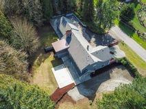 Vogelperspektive des großen grauen Hauses umgeben durch Bäume lizenzfreie stockbilder