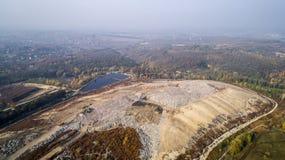Vogelperspektive des Großstadtdumps Smog gebildet im Himmel lizenzfreies stockfoto