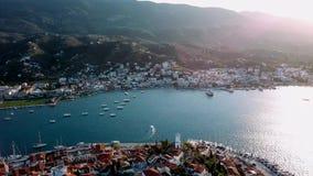 Vogelperspektive des Hafens in Poros-Insel, Ägäisches Meer stock footage