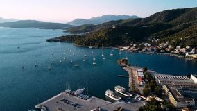 Vogelperspektive des Hafens in Poros-Insel, Ägäisches Meer stock video footage