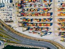 Vogelperspektive des Handelshafens von Valencia Containerbahnhof und Schiff während des Ladens stockfotos