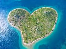 Vogelperspektive des Herzens formte Galesnjak-Insel auf der adriatischen Küste lizenzfreies stockfoto