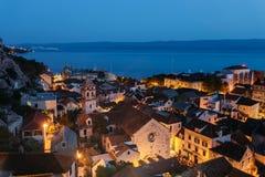 Vogelperspektive des historischen Teils der Stadt von Omis und von heiliger Querkirche in Kroatien Lizenzfreie Stockfotos