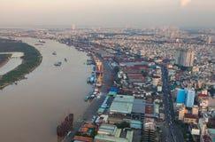 Vogelperspektive des Ho Chi Minh-Stadtflußufers - Saigon-Hafen am Abend Lizenzfreie Stockfotos