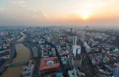 Vogelperspektive des Ho Chi Minh-Stadtflußufers um Hafen Nha Rong am Abend Lizenzfreie Stockbilder