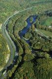 Vogelperspektive des Holzes nahe Stowe, VT mit Fluss auf szenischem Weg 100 im Herbst Lizenzfreies Stockbild