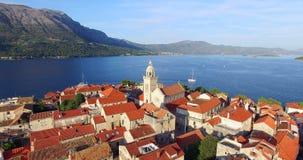 Vogelperspektive des Kirchturms in der Stadt von Korcula, Kroatien stock video footage