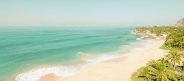 Vogelperspektive des klaren Strandes leer von den Leuten lizenzfreie stockfotos