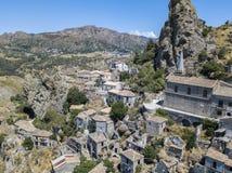 Vogelperspektive des kleinen Dorfs von Pentedattilo, von Kirche und von Ruinen des verlassenen Dorfs, griechische Kolonie auf Ber lizenzfreie stockfotos
