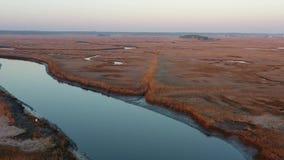 Vogelperspektive des kleinen Fischerdorfes auf New-Jersey Küste stock video footage