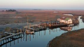 Vogelperspektive des kleinen Fischerdorfes auf New-Jersey Küste stock video