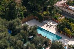 Vogelperspektive des kleinen RechteckSwimmingpools in den Olivenb?umen, Italien, Reiseferienkonzept stockfotos