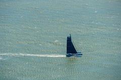 Vogelperspektive des kleinen Segelbootes in der Bucht von San Francisco, Kalifornien, USA stockbilder