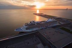 Vogelperspektive des Kreuzschiffs im Hafen bei Sonnenuntergang Lizenzfreie Stockfotos