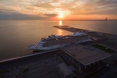 Vogelperspektive des Kreuzschiffs im Hafen bei Sonnenuntergang Lizenzfreies Stockbild