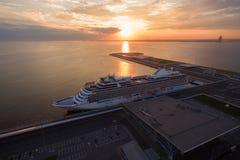 Vogelperspektive des Kreuzschiffs im Hafen bei Sonnenuntergang Lizenzfreies Stockfoto
