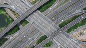 Vogelperspektive des Landstraßen-Austausches - transportieren Sie Konzeptgesamtlänge stock footage