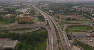 Vogelperspektive des Landstraßenaustausches der modernen städtischen Stadt stock video