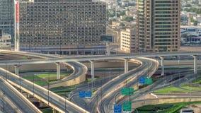 Vogelperspektive des Landstraßenaustausches in im Stadtzentrum gelegenem timelapse Dubais stock video