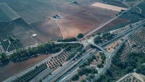 Vogelperspektive des Landstraßenaustausches und der landwirtschaftlichen Landschaft, Spanien stock video footage