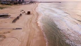 Vogelperspektive des leeren sandigen Strandes mit Reifenbahnen stockfotografie