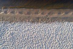 Vogelperspektive des leeren Seeufers Stockbilder