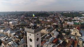 Vogelperspektive des Lemberg-Rathauses und der ukrainischen Flagge Ukraine 4k Stockfotos