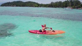 Vogelperspektive des Mannes Kayak fahrend im haarscharfen Meerwasser nahe Koh Kra-Insel in Thailand stock footage