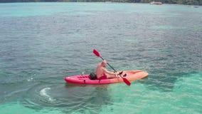 Vogelperspektive des Mannes Kayak fahrend im haarscharfen Meerwasser nahe Koh Kra-Insel in Thailand stock video footage