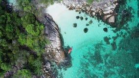Vogelperspektive des Mannes Kayak fahrend im haarscharfen Meerwasser nahe Koh Kra-Insel in Thailand stock video
