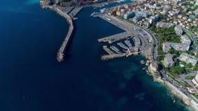 Vogelperspektive des Marinehafens und des Hafens mit Luxusyachten in Port de Nice in Frankreich 4K stock video footage