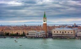 Vogelperspektive des Marktplatzes San Marco und der Marksteine von, Venedig, Italien lizenzfreie stockfotografie