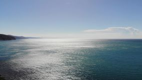 Vogelperspektive des Meeres und des Horizontes im Sommer stock footage