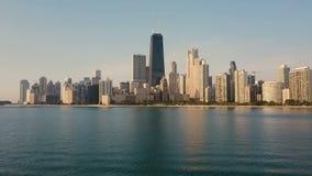 Vogelperspektive des Michigan Sees und des Chicagos, Amerika Brummen, das niedrig morgens über das Wasser zum Stadtzentrum fliegt stock video footage