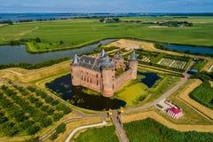 Vogelperspektive des mittelalterlichen Schlosses Muiden, in den Niederlanden lizenzfreie stockbilder