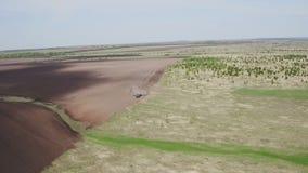 Vogelperspektive des modernen M?hdreschers Traktor funktioniert auf dem Gebiet S?en und Ernten Das Konzept von Agronomie stock video