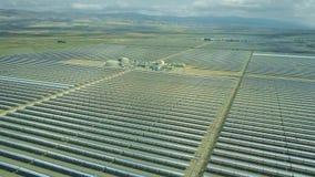 Vogelperspektive des modernen Solarkraftwerks in Andalusien, Spanien stock footage
