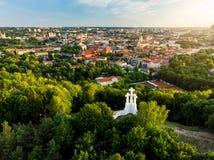 Vogelperspektive des Monuments mit drei Kreuzen, das alte Stadt Vilnius auf Sonnenuntergang übersieht Vilnius-Landschaft vom Hüge Stockbild