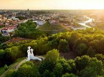 Vogelperspektive des Monuments mit drei Kreuzen, das alte Stadt Vilnius auf Sonnenuntergang übersieht Vilnius-Landschaft vom Hüge Lizenzfreies Stockbild