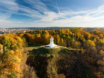 Vogelperspektive des Monuments mit drei Kreuzen, das alte Stadt Vilnius auf Sonnenuntergang übersieht Vilnius-Landschaft vom Hüge lizenzfreies stockfoto
