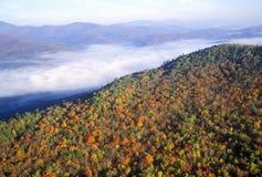 Vogelperspektive des Morgennebels über Bergen nahe Stowe, VT im Herbst entlang szenischem Weg 100 Lizenzfreie Stockfotos