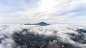 Vogelperspektive des Morgennebels Lizenzfreies Stockfoto