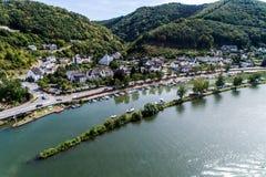 Vogelperspektive des Mosel-Dorfs Brodenbach in Deutschland an einem sonnigen Sommertag stockbilder