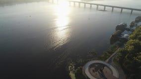 Vogelperspektive des Navodnytsia-Parks mit dem Monument zu den Gründern von Kiew am frühen Morgen mit einem weichen Licht stock video footage