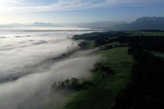 Vogelperspektive des Nebelmeers auf einem Frühlingsmorgen in den Vorbergen stockfoto