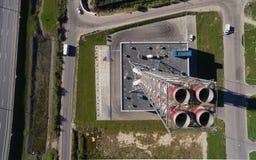 Vogelperspektive des neuen modernen Gaskesselhauses nahe der Straßenbahn Lizenzfreie Stockbilder