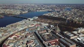 Vogelperspektive des Neva-Flusses, der Brücken und anderer moderner und historischer Gebäude von St- Petersburgstadt heiliger stock footage
