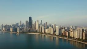 Vogelperspektive des Panoramas der Stadt auf dem Ufer Chicago, Amerika auf der Küste des Michigan Sees auf der Dämmerung stock footage