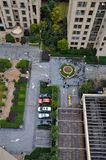 Vogelperspektive des Parkplatzes, der Gebäude und des Grüns Lizenzfreie Stockfotografie